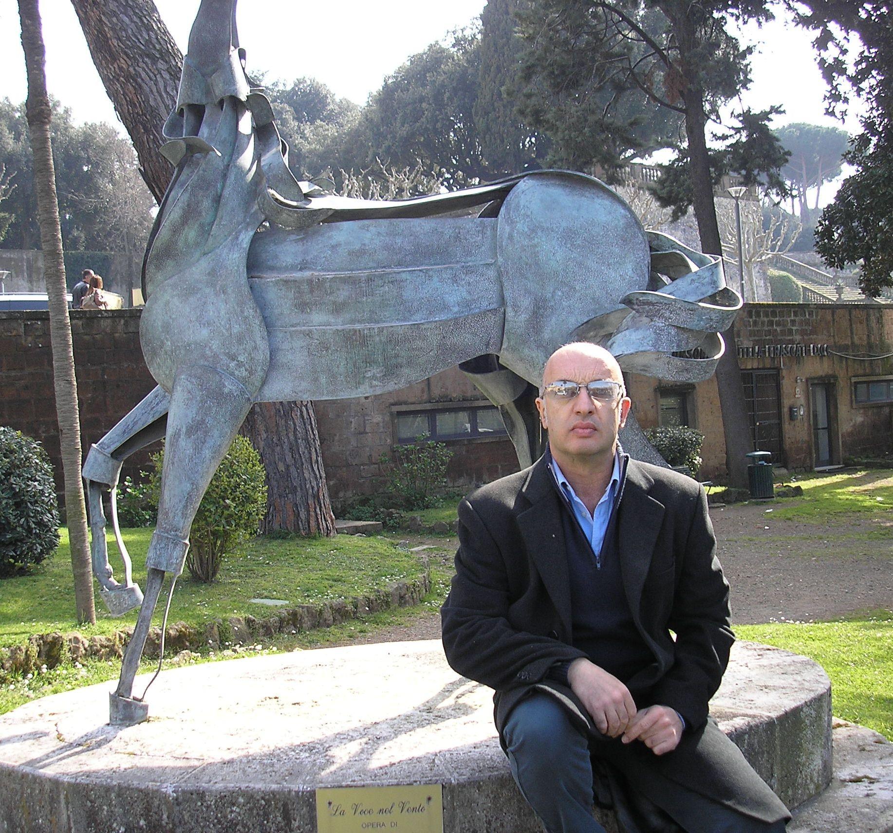 Lo scultore con una delle sue creazioni